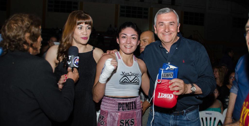"""Gobernador Morales, Brenda """"Pumita"""" Carabajal, y Marcela Acuña al término de la pelea."""