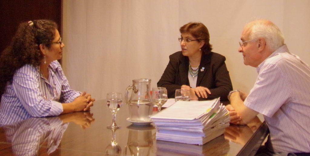 La ministra Calsina junto al secretario Babnik y la representante de la contratista, María Eva Yarvi tras la firma del acta de adjudicación de los trabajos para terminar el edificio de la escuela de Jama.